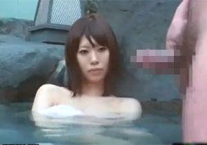 混浴でお姉さんに勃起を見せつけたら無言でもヤれる!