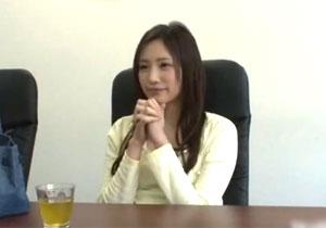 半年で引退した伝説の桃谷エリカが素人男性宅を訪問SEX!