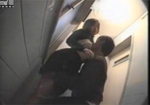 発情したカップルがトイレに駆け込んでヤってるのを盗撮!