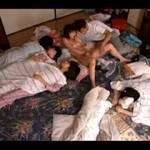 【エロ動画】 親戚の女の子達と雑魚寝していたらノリで大乱交に!