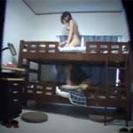 【エロ動画】 2段ベッドの上と下で同時にヤってる大学サークルの夏合宿映像!