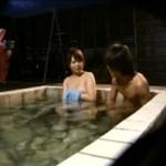 【エロ動画】 混浴温泉で嫁がイケメンに声をかけられたら?旦那がモニタリング!