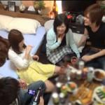 【エロ動画】 家飲み中に悪ノリして乱交パーティーしちゃう今時の若者たち!