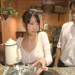 【エロ動画】 巨乳カフェ店員がノーブラで乳首丸見え状態・・・!