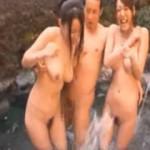 温泉に来ていた2人組と意気投合して4Pしちゃった乱交動画!