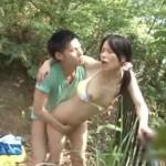 アラフォー女性が若い男にキャンプ場で口説かれて、やんわり断りつつも内心嬉しくてエッチしちゃう青姦動画!