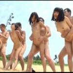 真夏のビーチでパイパン娘5人組と全裸で青姦しちゃう乱交ファック動画!