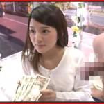 万札握らされた手でチンポも握らされた女子大生が街中でセックスしちゃうMM号ナンパ!
