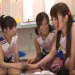 女子トイレに入り込んでた変態同級生を見つけて弄んで遊ぶチアガールたち!