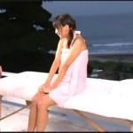 恥ずかしくて気持ちイイ!海水浴場が一望できる場所で猥褻マッサージされる素人水着ギャル動画!