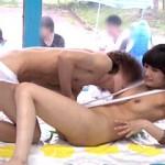 海水浴に来てた友達同士の男女がエロ水着を着せられツイスターゲームした結果!