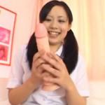 Good評価95%! 巨大ディルドを持って笑顔なツインテール娘のディルドオナニー動画!