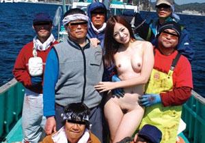 屈強な漁師のオヤジたちと船上で大乱交ファックする天使のような女優さん☆