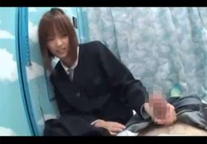 ウブなシロウト小娘がオチンチンを見せられ精一杯手を伸ばしてオチンチンを触るボッキ見せキャッチ☆