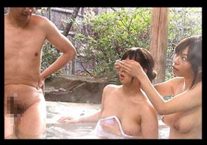 「あれはヘンタイだから見ちゃダメ☆」混浴で小娘をボッキちんこからガードしたつもりが・・・オヤコ丼ファック☆