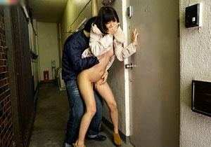 「私、何やってるんだろうこんなところで…」 湊莉久ちゃんが街中で露出SEXしまくる無茶ぶりAV☆