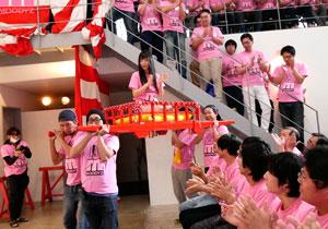 神輿で登場☆つぼみの新人10周年を記念して行われたシロウト100人を集めた感謝祭☆