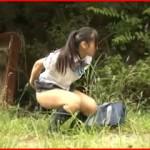 我慢出来ずに野ションしてる田舎の女の子に興奮した男が襲い掛かってその場でレイプ!