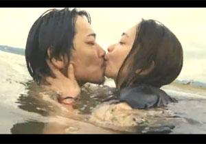 女優・池脇千鶴が久しぶりに見せたねっとりKISSとチクビマル見えな映画での濡れ場シーン☆