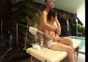 ふんどしオヤジが混浴りょこうに来ているヒトヅマをダマして媚薬を塗りたくる猥褻マッサージ☆