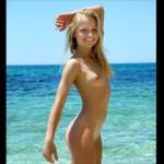 ヌーディストビーチでオマンコ丸出しで悪ノリしてる白人娘たち!