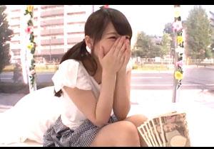 目の前に一萬円札の束を見せられてちんこナメちゃうシロウト女子大学生☆追加料カネでSEX