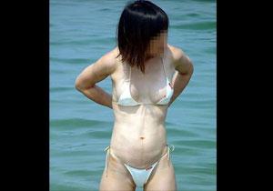 見えてる見えてる☆真夏のビーチやプールでお乳ポ少女してるシロウトGALを激写☆