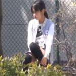 公園の死角でオナニーしてる女の子を発見して盗撮した激写映像!