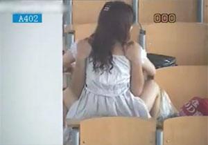 大学の講義室でガチでヤってるカップルを秘密撮影☆盛り過ぎぃ☆☆