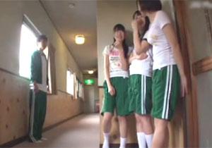 修学りょこうでBOYのオチンチンの大きさをチェックしにくる学校メイトの女子とイケイケでヤれた件☆