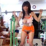 汗で溶けるトレーニングウェアを着せてジムで運動!懐かしきバカエロ素人企画!