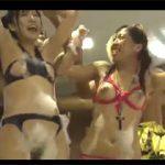 泡パーティーにやってきたパリピギャルに水に溶ける水着を渡してポロリさせるエロ悪戯!