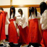 祭りの裏側で神主に食われるバイトの学生巫女さんたち!