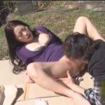 真昼間の公園で若い男に求められるがまま青姦セックスしてる熟女の露出ファック!
