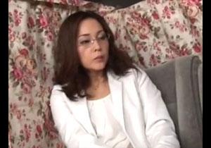 眼鏡をかけた一見きつそうな人妻さんがナンパ師と中出し浮気セックス!