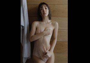 藤田ニコルが小さめのおっぱいを手ブラしてる写真集でのセミヌード画像!