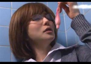 女教師が男子トイレで見つけた使用済みコンドームに興奮!男子生徒を誘惑して食べちゃう!