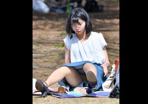 パンツ見えてることに気づいてない公園での素人パンチラ画像!