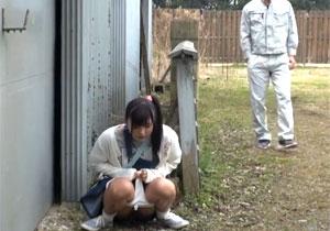 物陰でオシッコしてる女の子を見つけたので丸出しのマンコにハメて中出し!