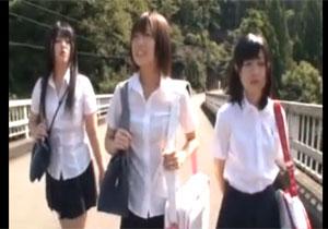 暑さに我慢できず川で遊んでるビショ濡れ女子校生をレイプ!