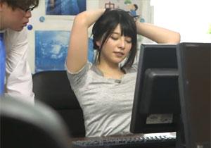 オフィスで腋汗かいてる同僚女性に興奮して腋ぶっかけレイプ!