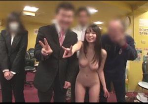 夢乃あいかが女性客もいる雀荘でセックスさせられる羞恥露出企画!