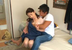 家事代行サービスのおばさんが若いマッチョ男に口説かれてなし崩しセックス!