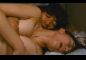 女優・橋本マナミが映画で見せた、乳首舐めや足舐めしてる濡れ場シーン映像!