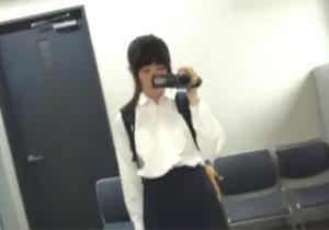 自分でカメラを持ってオナニー撮影する地味女子校生!