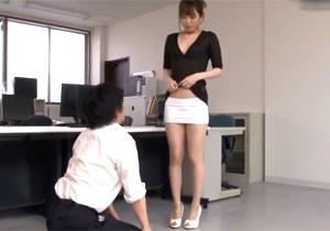 ミニスカ女教師に男子が土下座して頼み込んだ尻コキエッチ!