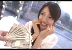 こんなに貰えちゃう!現金8万円の誘惑に負けてエッチしちゃった素人娘!