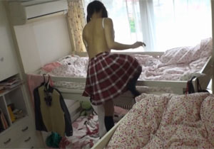 暇そうな女子校生が暇つぶしにオナニーしてるのを盗撮!